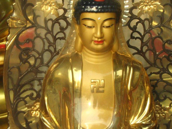 Buda-esvastica-pecho-1